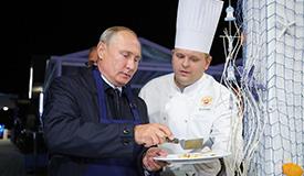 普京出席东方经济论坛变身大厨制作煎饼