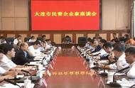 这次合影,王健林坐前排中,市委书记市长站后排