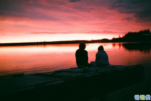 """让人怦然心动的情话情侣间说给对方听的暖心情话1.有你在我身边,我每天,心里都像被甘露浇灌一样,甜的不能再甜。2.我不小心把""""我爱你""""误发给你了。如果你接受那就储存起来,如果你不接受,就把这三个字返发给我。3.我"""