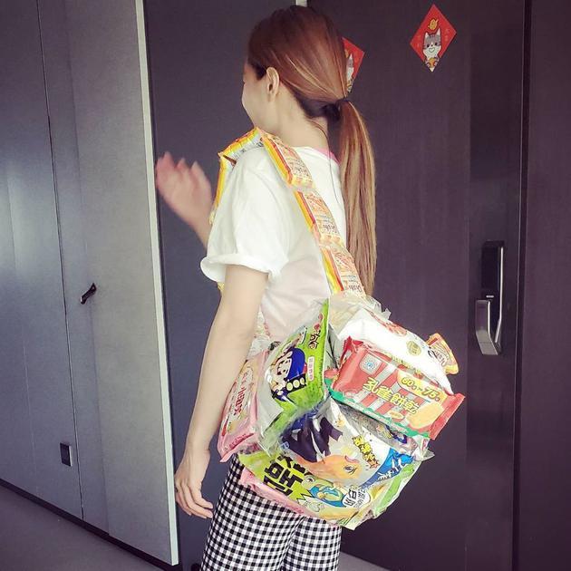 蔡依林晒零食包包