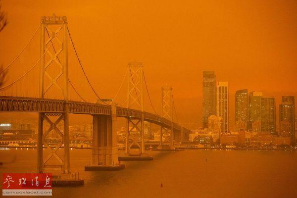 资料图片:著名的旧金山海湾大桥被深橙色天空笼罩,宛如世界末日。(法新社)