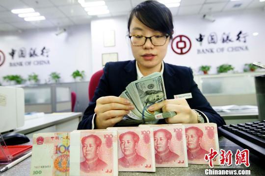 银行工作人员正在清点货币。张云摄