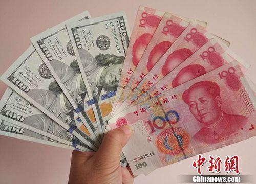 人民币和美元资料图。中新网记者 李金磊 摄