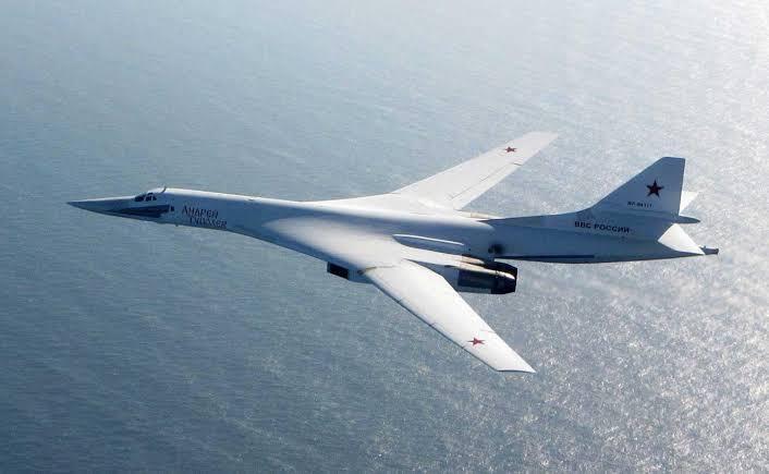 俄罗斯图-160轰炸机在海上飞行画面