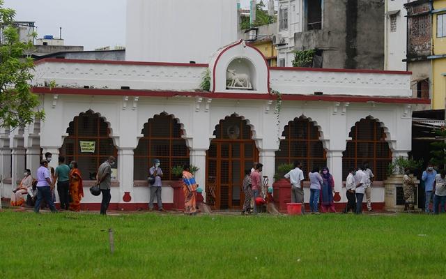 9月1日,在印度阿加尔塔拉,人们排队接受新冠病毒检测。新华社发