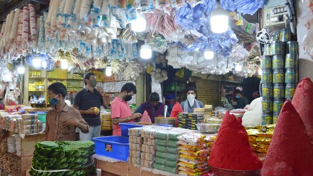 受新冠疫情影响关闭了约5个月后,印度班加罗尔一处市场在9月1日重新开放。新华社发