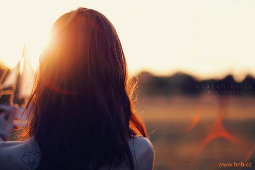 青春总是多了感伤凉了时光疼了心脏.