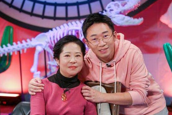 杨迪称自己妈妈天生吃喜剧饭碗 期望妈妈早日单飞