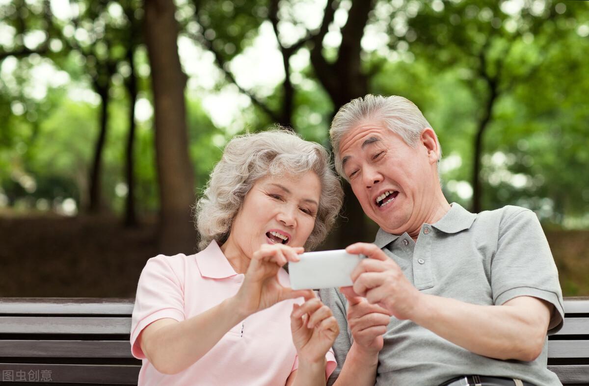 """情感解答:老年异性互发""""早安"""",正常吗?"""