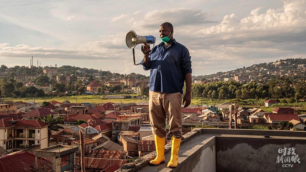 △2020年3月,乌干达坎帕拉,49岁的社区负责人贡扎加·伊加每天早晚在当地最高的建筑上,通过扩音器向居民宣传防疫知识。