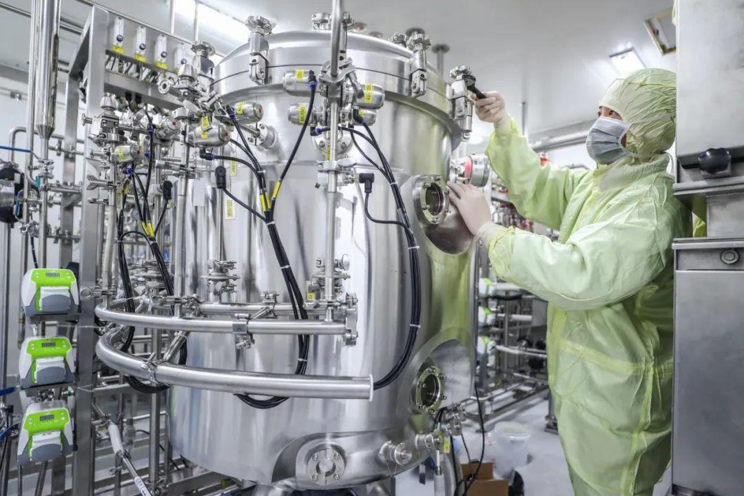 工作人员在国药集团中国生物新冠疫苗生产基地新冠疫苗生产车间内调试设备。(2020年4月10日摄)记者 张玉薇 摄