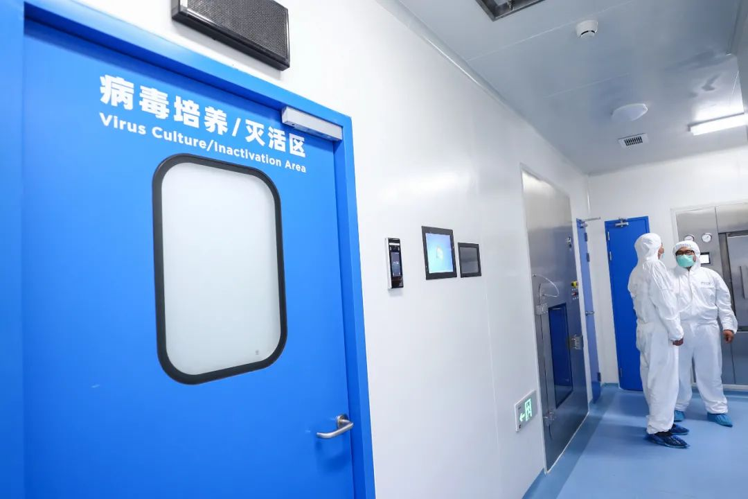 工作人员在国药集团中国生物新冠疫苗生产基地新型冠状病毒灭活疫苗生产车间内调试设备。(2020年4月10日摄)记者 张玉薇 摄