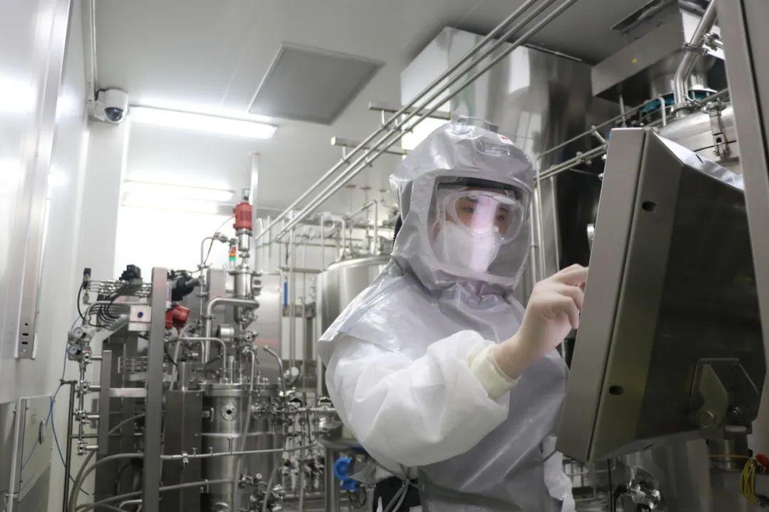 国药集团中国生物北京生物制品研究所科研人员在新冠疫苗生产车间进行设备调试。(2020年4月13日摄)