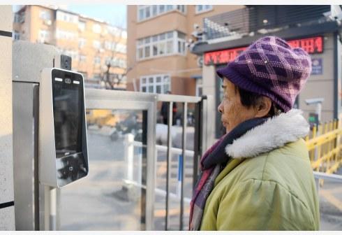 在邯郸市某小区,居民通过人脸识别设备经过小区的出入口(图片来源:新华社)