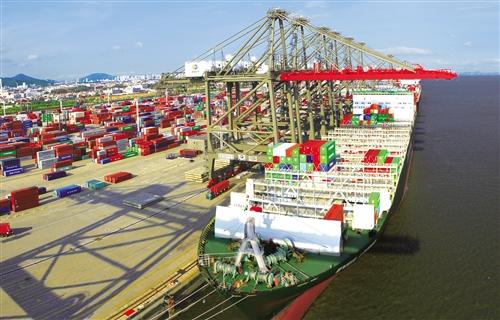 """今年前两月,厦门外贸进出口实现""""开门红""""。图为繁忙的厦门海沧港。郑伟明摄(中经视觉)"""