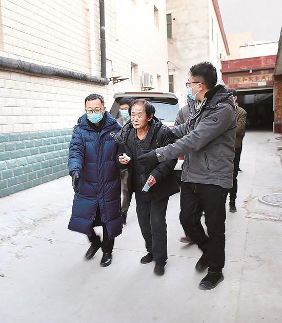 图为西城区纪委监委追逃追赃专案组抓捕齐跃现场。齐欣 摄