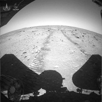 人类首次获取火星车在火星表面移动过程影像